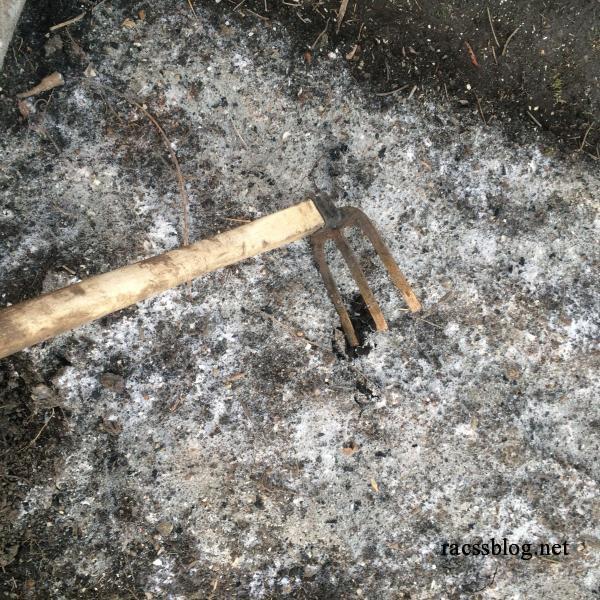 有機石灰を鋤き込む