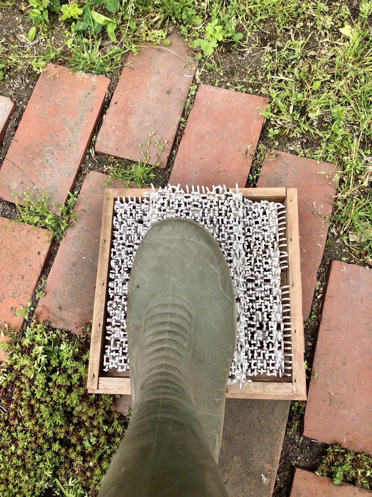 ガーデニング長靴の泥落としを100均の材料で作る方法