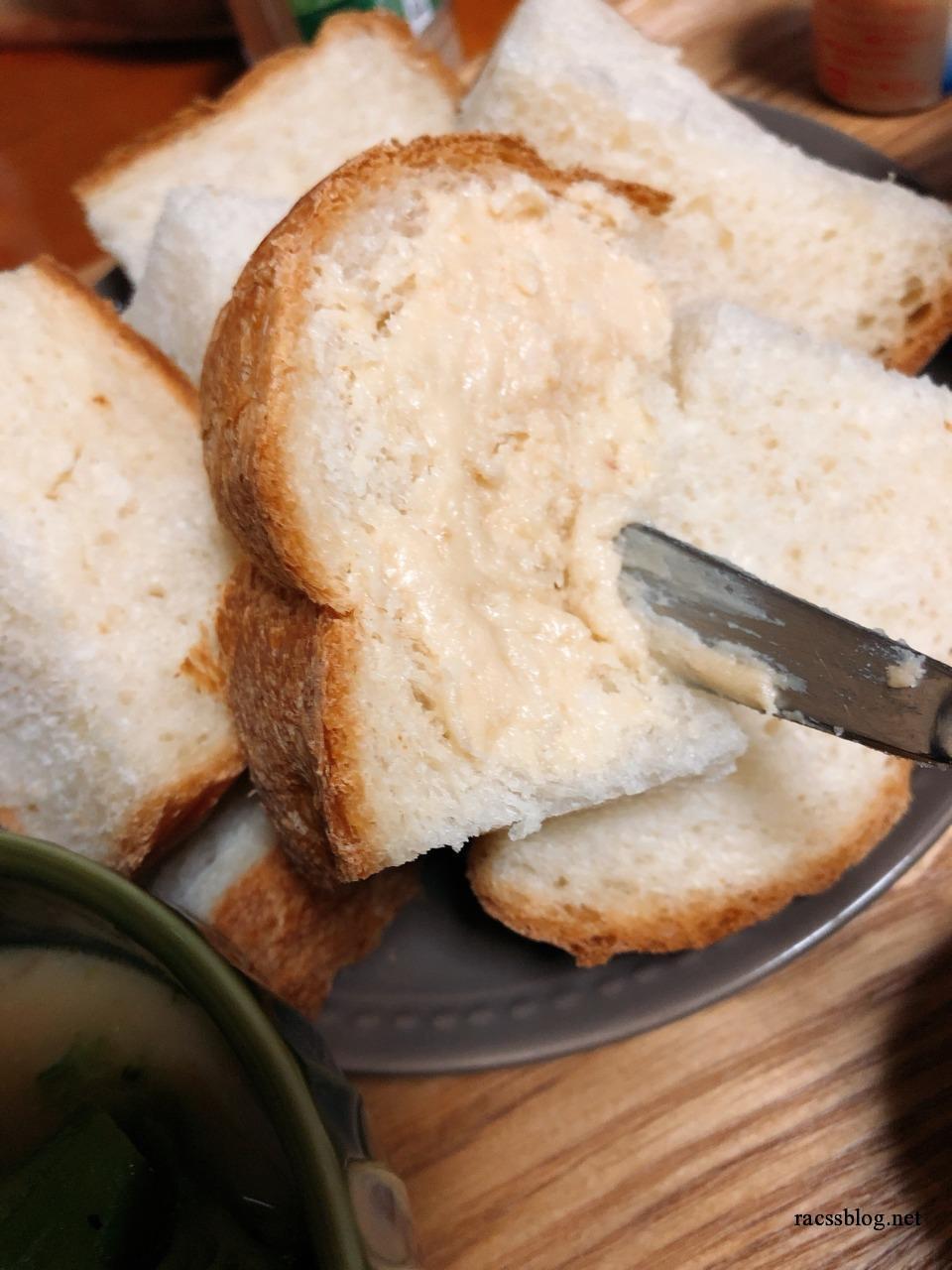 焼き立てパンにココナッツペースト
