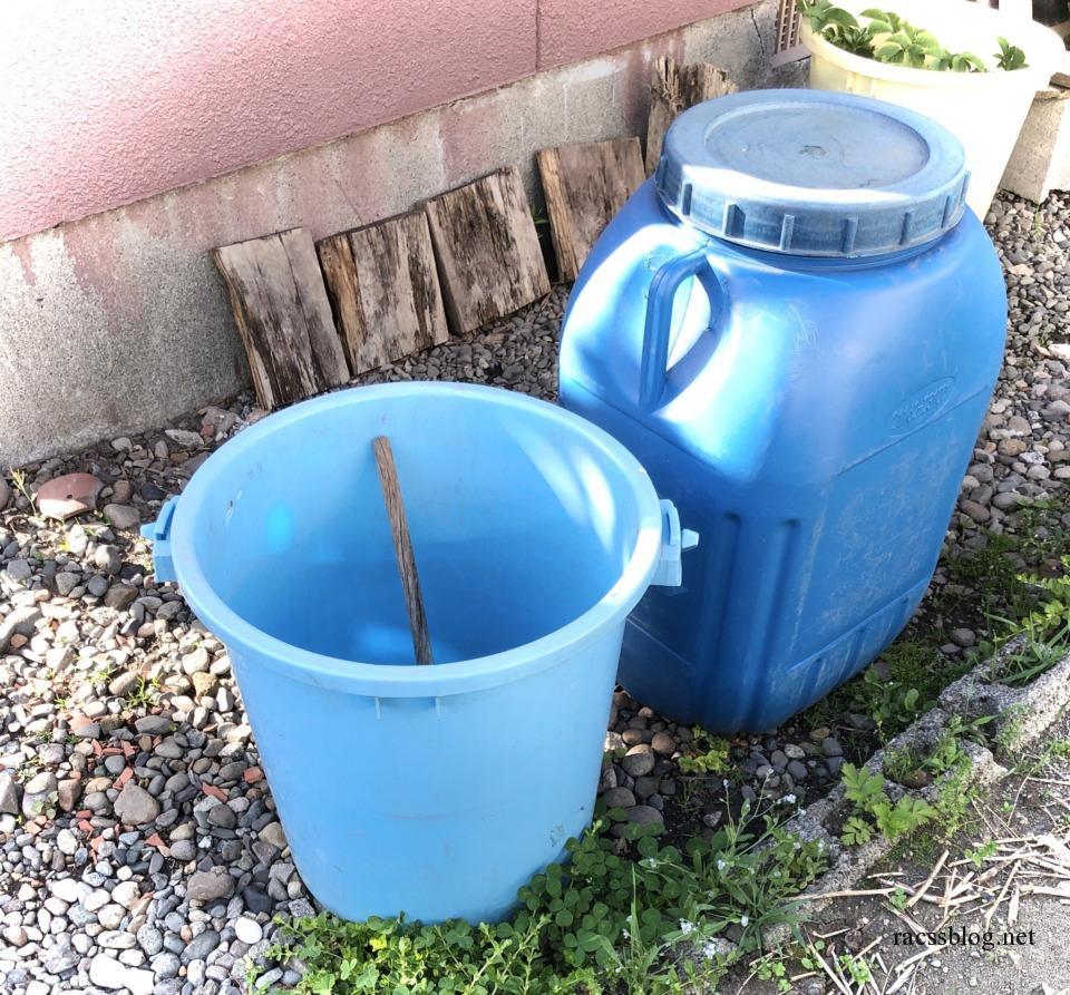 雨水をためるバケツとタンク